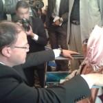 Le wali  s'incline  en signe de respect devant  Hadda  âgée de 107 ans.