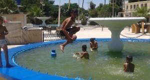 A Sidi Bel Abbés, les enfants continuent à se baigner  dans les bassins des jets d'eau !